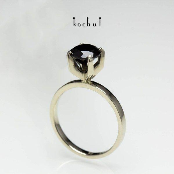 """Кольцо """"Нежность чувств"""". Золото, черная шпинель"""