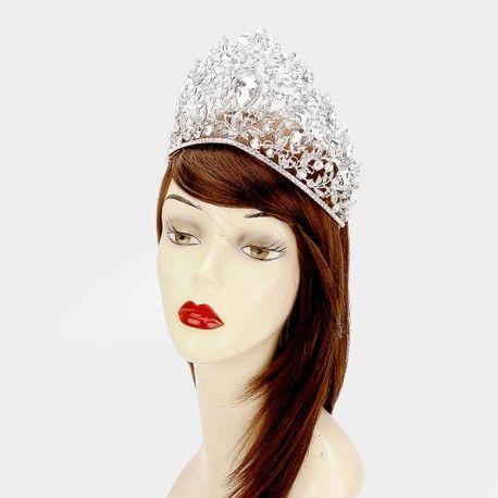 Diadème de mariage très haut en cristal  Somptueuse tiare de princesse toute en finesse, composé de cristaux de verre entrelacés sur une fine monture en métal argenté coloris silver haute brillance, avec peignes à chaque extrémité pour faciliter la fixation. Hauteur au centre :  10.2 cm environ