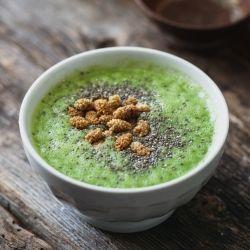 Bol de smoothie déjeuner - Recette | Trois fois par jour (use homemade almond milk for paleo)