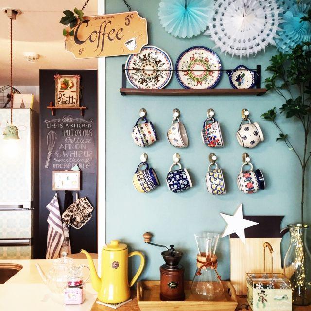 女性で、2LDK、家族住まいのマグカップ/イベント参加中/ポーリッシュポタリー/ポーリッシュポタリーコレクション/キッチンカウンター…などについてのインテリア実例を紹介。「キッチンカウンターのカフェコーナー。 増えたポーリッシュポタリーのマグたちを見せる収納にしてます。 バターミルクペイントで壁を塗って、セリアのフックをつけました♩」(この写真は 2016-01-30 13:59:11 に共有されました)