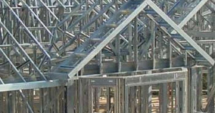 Construcción de casas de estructura metálica. Una casa de estructura metálica puede ser construida por cualquier persona que tenga el conocimiento necesario para construir una casa de madera. Los materiales para construir la estructura metálica tienen el mismo costo que la madera, pero el acero no se tuerce, no se quema ni se pudre, pesa menos y es 100 por ciento reciclable. Las estructuras ...
