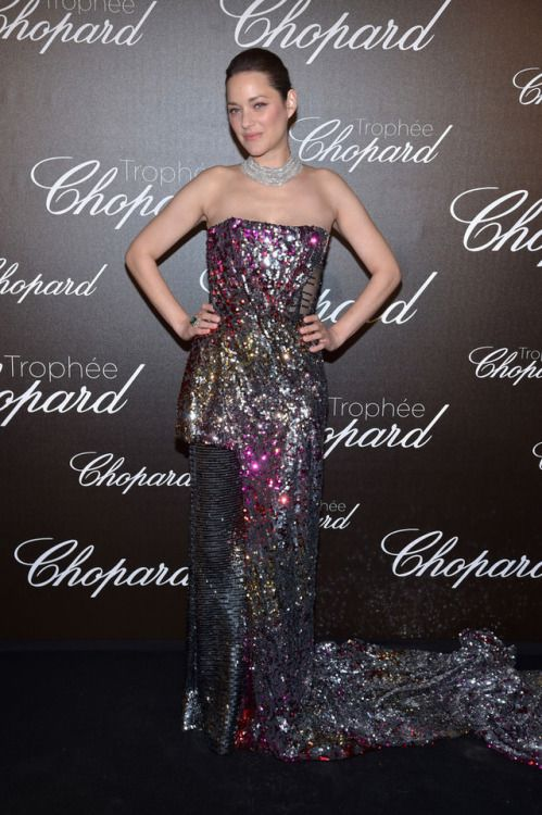 Marion Cotillard at Cannes Film Festival 2017 : I was liking this customized Halpern sequin jumpsuit (yes, it's a jumpsuit!) until I saw the bottom half. The change in pattern and that long train seems so unnecessary and has literally nothing...