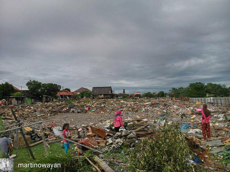 from @martinowayan -  Saat ini Kampung Bugis Serangan Bali sudah rata dengan tanah namun barang-barang milik warganya masih banyak terkubur di bawah beton-beton sisa reruntuhan.  Barang-barang yang terselamatkan pun masih belum mendapat tempat yang baik. Rentan dari hujan dan tangan-tangan jahil.  2016  Wayan Martino - #regrann