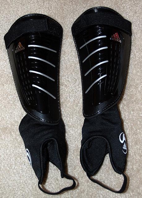 Adidas Predator Club Shinguards     Thiết kế : 3,5/5 – Thiết kế lạ và trong khá bắt mắt với những sọc 2 bên và đầu mũi giày. Một thiết kế rất riêng của Adidas.  http://thethaovip.vn/category/giay-da-bong/  Thoải mái: 4/5 – Một trong những đôi giày đá bóng tốt nhất nhưng chưa đạt đến sự hoàn hảo.  Đôi giay da bong  thực sự mềm, tạo cảm giác thoải mái cho đôi chân.