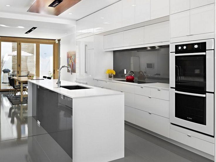 cucina bianca e grigia con superficie lucida