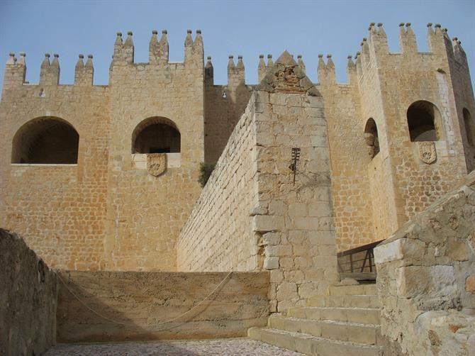 Castillo de Velez-Blanco - Eine Burg aus dem 15. Jahrhundert, deren Innendekoration nach Amerika verscherbelt wurde. Heute zu sehen im #MET in New York.   https://www.google.de/maps/@37.6908515,-2.1030386,15z?hl=de