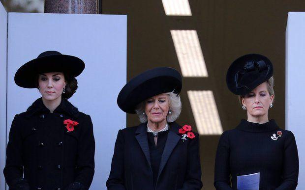 """England: 13. November 2016 Herzogin Catherine, Herzogin Camilla und Gräfin Sophie zeigen sich beim Gottesdienst am """"Remembrance Sunday"""" sehr bewegt."""