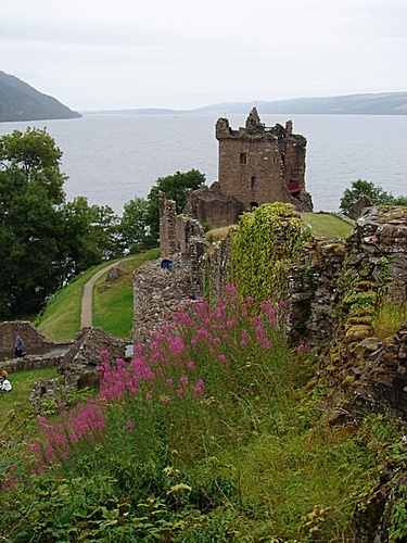 Urquhart Castle is believed to have been in existence since around the 13th Century. This castle has a long and storied history and is directly nvolved in the story that was outlined in the movie Braveheart. This castle was taken by Edward I of England and taken back by Robert the Bruce. Over the centuries Urquhart has been sieged and changed hands several times.