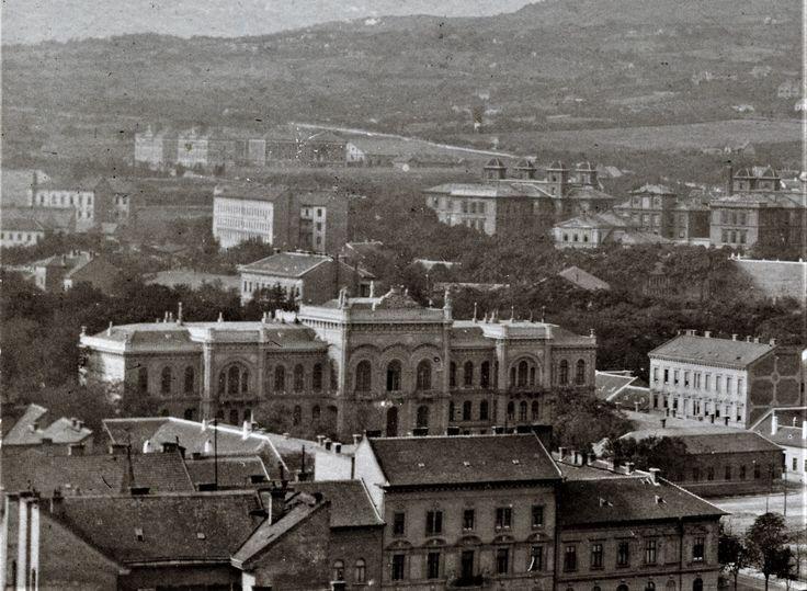 A krisztinavárosi Karács(ts)onyi palota 1905 körül. Jobbra a háttérben a tiszti kórház megsemmisült tömbje. Balra még hátrébb a Böszörményi úti csendőr laktanya.
