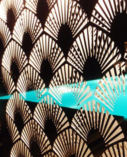 Νυχτερινή αντανάκλαση πισίνας σε διακοσμητικό φωτιστικό πάνελ εξωτερικού χώρου, από χρυσό καθρέπτη. Σχεδιάστηκε και κατασκευάστηκε για ιδιωτική εκδήλωση στη Μύκονο. Δείτε περισσότερα έργα μας στο http://www.artease.gr/interior-design/emporikoi-xoroi/