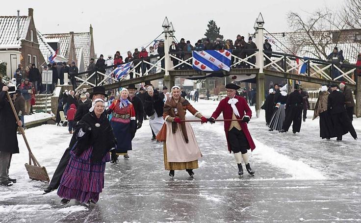 27/jan/2013 - HOLANDA - Patinadores vestidos com trajes tradicionais holandeses patinam no canal de Hindeloopen, quando os canais e lagos congelam, os holandeses saem com seus patins para se aventurar no gelo. Photo by FSP.