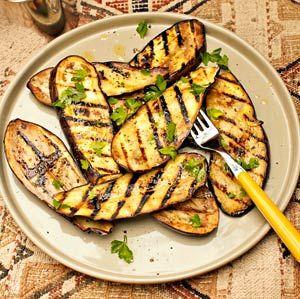 Op de buitenkeukens van BuitenKado kan je niet alleen vlees en vis bakken, maar ook groente! Bijvoorbeeld deze gegrilde aubergines!