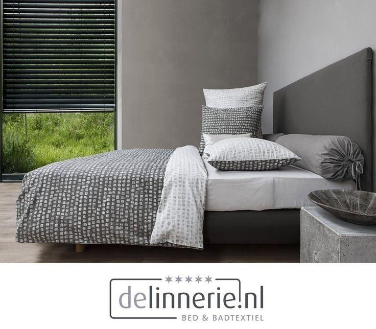 Het dekbedovertrek Alfina heeft een mooi omkeerbaar dessin. De ene zijde is donker van kleur met een wit patroon en de andere zijde heeft een neutrale kleur met donkere patronen. #delinnerie.nl