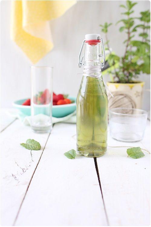 Si vous avez beaucoup de menthe dans votre jardin, voici la solution pour mettre en bouteille cette délicieuse saveur. Vous allez pouvoir siroter tranquill