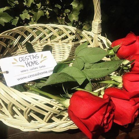 """""""Es Pascua Florida!!! Celébralo con flores y #cestas, tan bonitas como esta #canastilla de mimbre. Es #unacestadecestashome, que decorará tu hogar y alegrará tu vuelta al trabajo. #calidadcestasdeespaña #mimbre #handmade #home"""