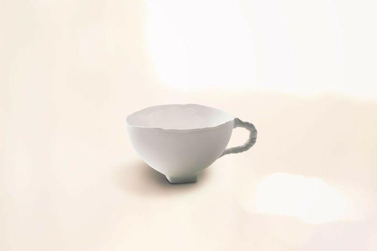 Tasse à café Usual ear, une création Roos Van de Velde en porcelaine délicate avec un jeu des matières présentant un face émaillée et une face dépolie. Produit par la maison d'édition Serax.