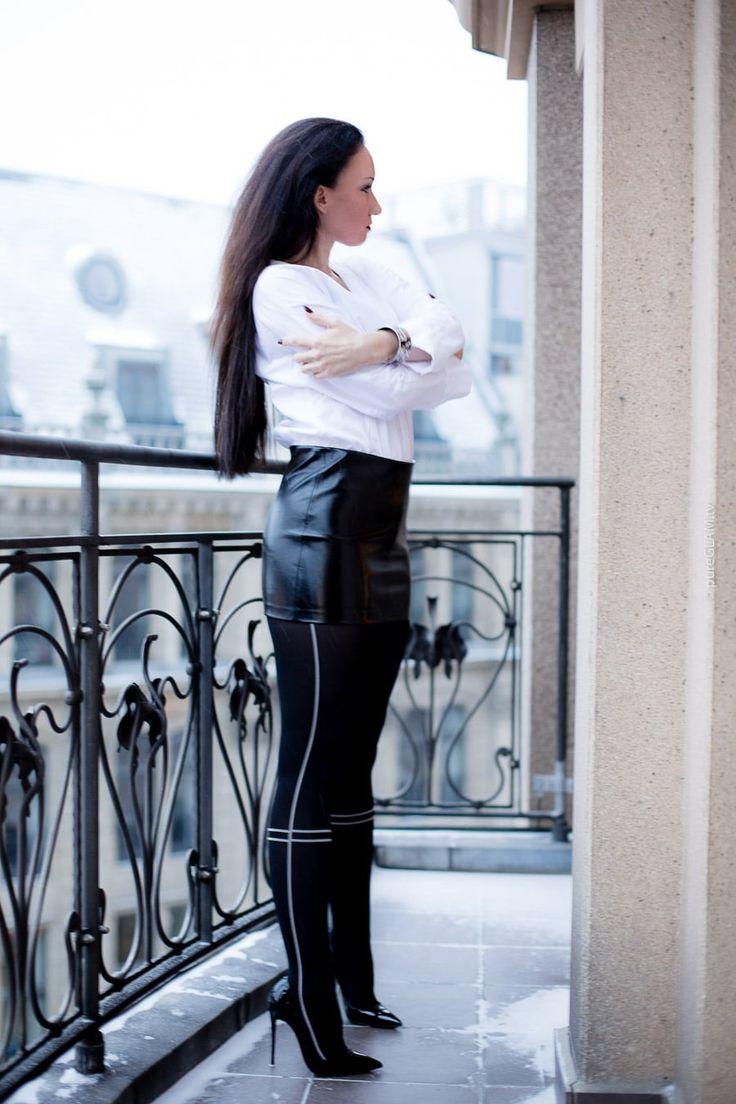 Fashionlook - MInirock mit Strumpfhose mit Streifen, dazu weiße Body-Bluse. Weihnachten in Berlin - Fashionblogger und Luxusblogger im Schnee - Designer High Heels von Christian Louboutin - So Kate Pumps - Armband Freywille