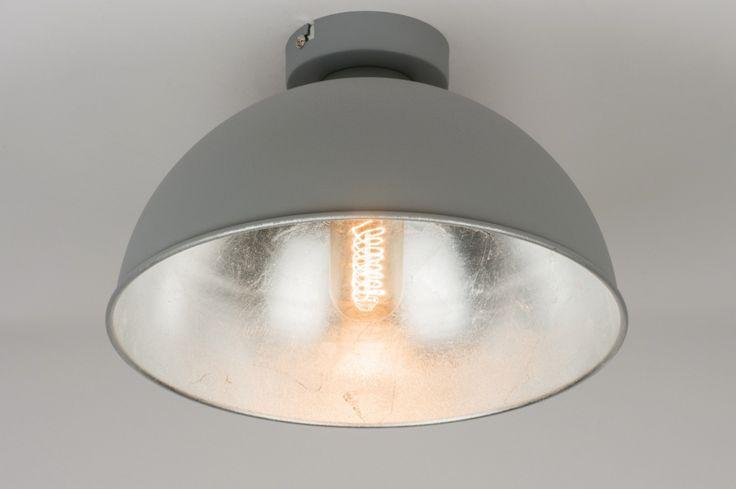 Artikel 10979 Fraaie plafondlamp voorzien van een industrieel karakter. Het armatuur heeft een matte, grijze buitenzijde. De binnenzijde van de kap heeft een opvallende, metallic afwerking in een zilveren kleur. http://www.rietveldlicht.nl/artikel/plafondlamp-10979-modern-industrie-look-grijs-staalgrijs-zilvergrijs-metaal-staal_rvs-rond