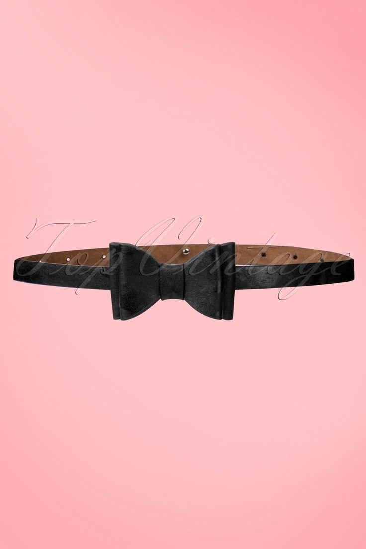 Bettie Page Clothing | DezeBow Belt Black is een fashionable riem in vintage look en aanvulling op elke vintage outfit.Deze prachtige smalle zwarte ceintuur, gemaakt van mooie kwaliteit faux leather is een echte aanwinst voor je garderobe! Niet zomaar een riempje maar een echte eyecatcher met een luxe uitstraling die elke outfit nét dat beetje extra zal geven, met prachtige dubbele strik en mooi afgewerkt.Combineer met onze kleding collectie voor een leuke retro...