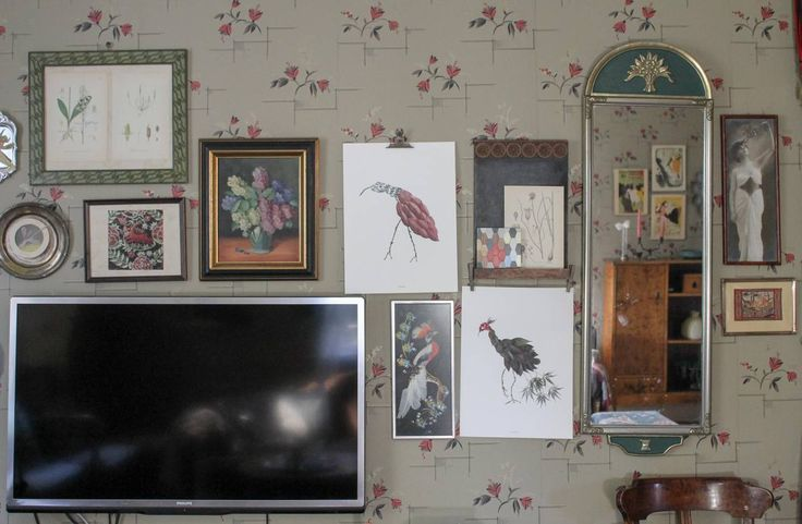 Tavelvägg. Fågelprints av Emma von Brömssen. Spegel ärvd av farfar. Övriga tavlor från loppisar. #byggnadsvård #inredning Foto: Erika Åberg
