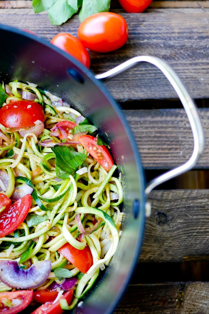 Low Carb Zoodles - Die One Pot Zucchininudeln mit Tomaten, Basilikum und Parmesan sind nicht nur richtig gesund sondern auch noch richtig lecker!