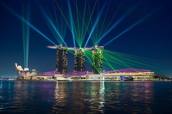 Marina Bay Sands — курортное казино с фасадом на Marina Bay в Сингапуре. Разработано группой Las Vegas Sands и объявлено как самое дорогое казино. Комплекс включает три башни по 55 этажей высотой в 200 м на которых расположена большая терраса в виде гондолы в которой находятся бассейн размером с три олимпийских и сад площадью 12,4 тыс. кв. метров.