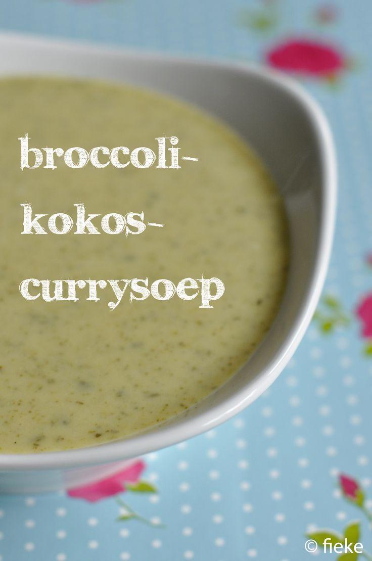 In deze soep zit behalve groentebouillon ook kokosmelk, wat zorgt voor een heerlijk romige textuur en een zoete smaak. Een aanrader! NODIG: olijfolie 1 ui 2 teentjes knoflook 1 EL currypasta 1 broc...