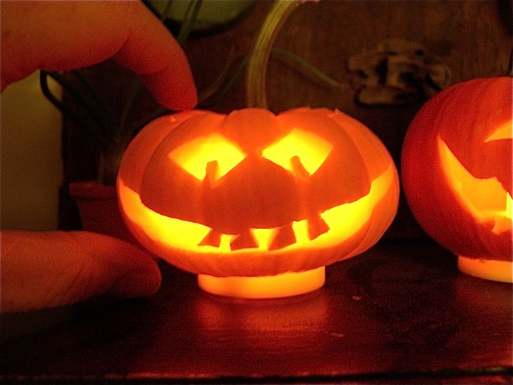 furniture-how-to-carve-a-miniature-cool-pumpkin-design-in-simple-texture-and-decoration-creative-and-cool-pumpkin-designs-for-halloween.jpg (1600×1200)