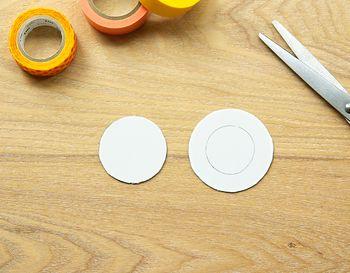 大きさはお好みで自由に調節してくださいね。  描いた円に沿ってはさみでカットし、ロゼットの土台となるパーツを作ります。