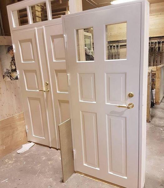 Vi gleder oss til å se disse dørene i den nydelige Trønderlåna de er laget til. Fullisolerte tette dører i ren kjerneved furu ♡ #ytterdør #haug #hauggård #gåttåvåttå #gamletrehus #trønderlån #snekkerglede #lagainorge :)