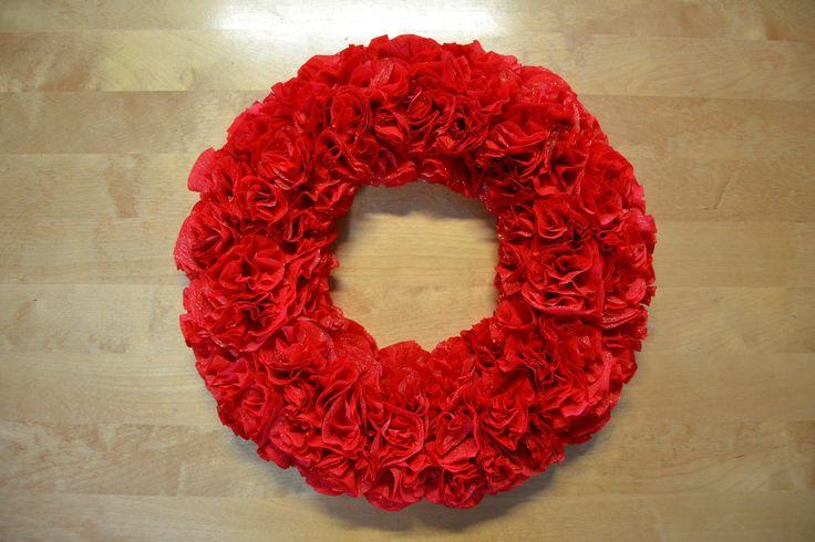 Tässä ihana ja helppotekoinen kreppipaperista tehty ruusukranssi. Todella kaunis ja näyttävä koriste jokaiseen kotiin! :)