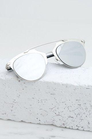 Óculos de sol são acessórios indispensáveis em uma mala de quem vai para a  praia. 23724def0a