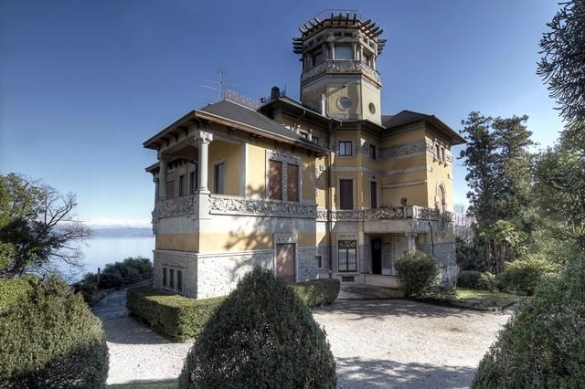 Chic holiday mansion by the lake in #Italy