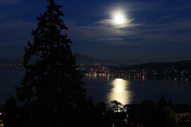 La luna, il lago, la notte è tutto molto semplice. #Meina ( #Novara #Piedmont #Italy )