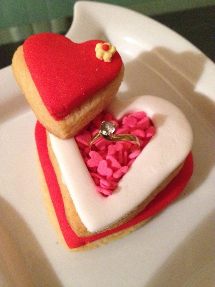 Galleta de corazon. Con anillo de compromiso. Encontrado en instagram @ichascupcakes