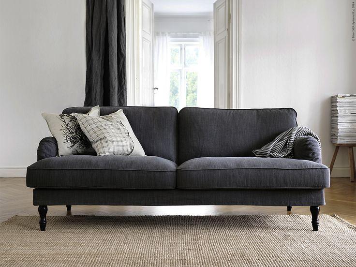 I en traditionell stil och med bekväma, generösa proportioner. STOCKSUND 3-sitssoffa i Nolhaga mörkgrå klädsel.