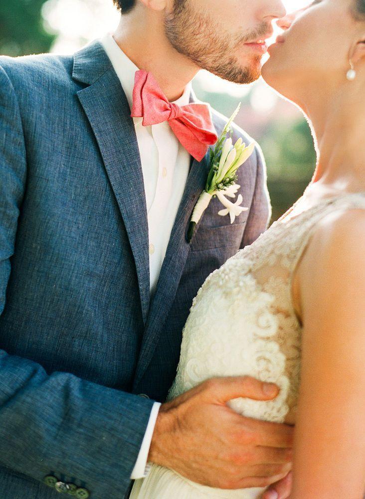 白いシャツにピンクの蝶ネクタイでちょっぴりキュートな胸元を演出❤︎結婚式、参考にしたい着こなし☆