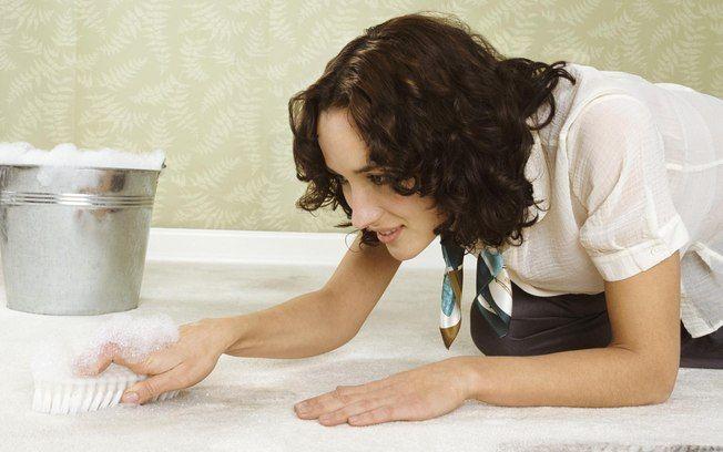 Evite usar sabão em pó na limpeza do chão. O produto tem acidez compatível à da soda cáustica e causa corrosão no piso. Foto: Getty Images