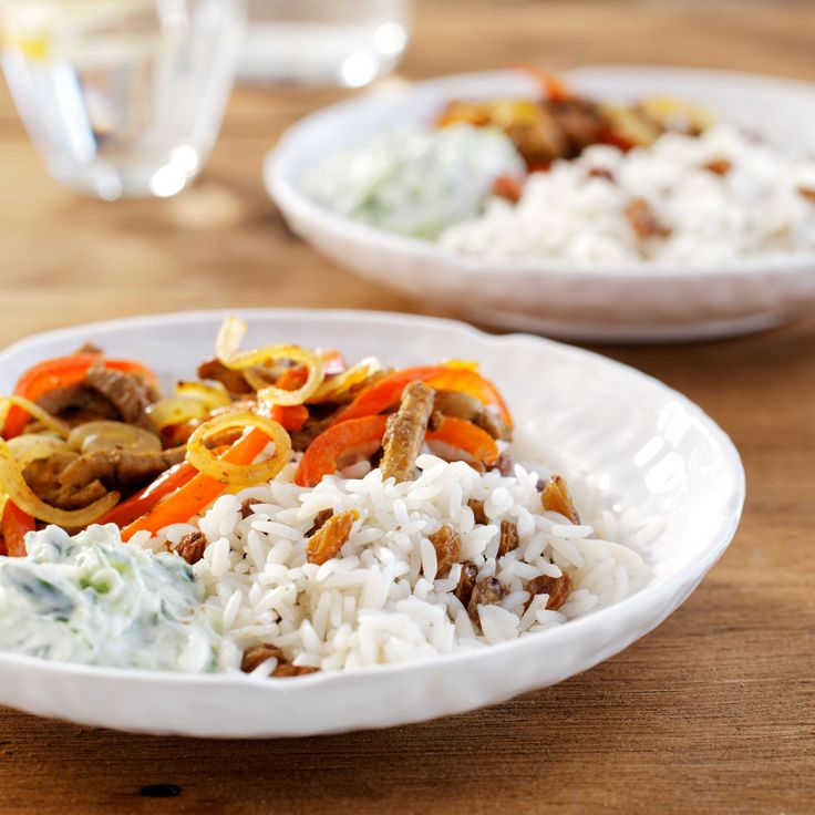 Paprika-shoarma met komkommeryoghurt en rozijnenrijst. #shoarma #pita #yoghurt #eten #recept #rijst #bosto
