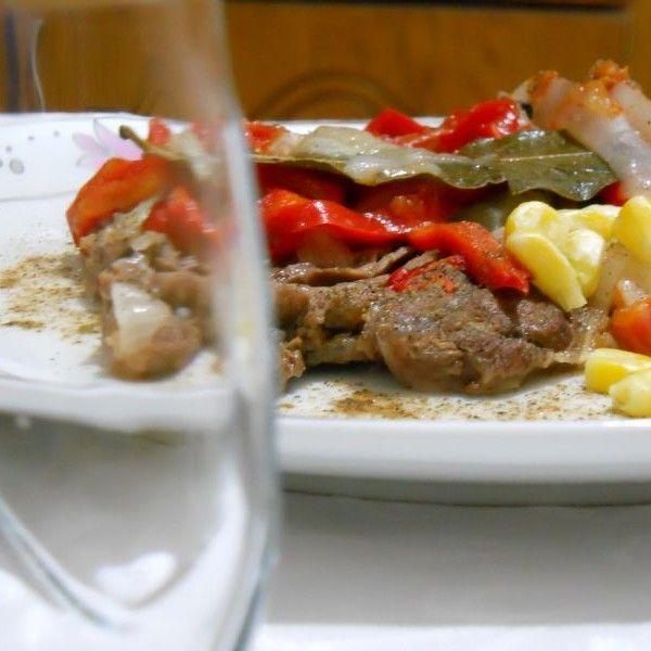 Mezeci Zeynep'ten Sahanda Biftek;   İşte dana etinin en lezzetli hali, sebzelerin suyunda pişmiş, yumuşacık dana eti ve hafif, sebzeli harç, hem sağlığına dikkat edip hem lezzetli yemek arayanlar için hafif bir ana yemek. Mevsimine göre kırmızı veya yeşil biber tercih edebilirsiniz, yine isteğe bağlı olarak tane mısır ekleyebilirim.
