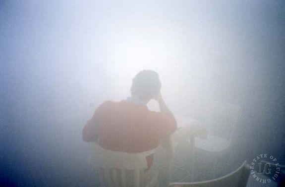 Nota per uno scrittore di passaggio a Salsomaggiore Terme. C'è un uomo ritratto, di spalle. La foto di Luigi Ghirri è del 1985. È seduto al tavolino, quell'uomo, ed è come avvolto in un abbaglio, in un gorgo. L'enigma non è la luce, ma il maglione rosso.