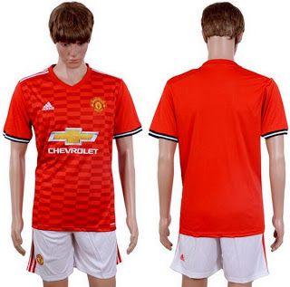 El nueva Camiseta Manchester United 2017 2018 de casa es todo menos audaz, combinando los tres colores tradicionales del club - rojo, blanco y negro.