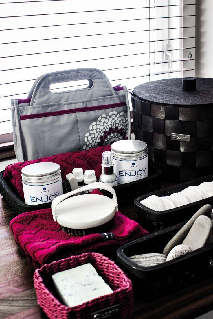 Luhta Home tuotteita kylpyhuoneeseen: korit, pyyhkeet, ENJOY saunatipat, palasaippuat, kylpysuolat ja huonetuoksut. #korit #sauna #pyyhe