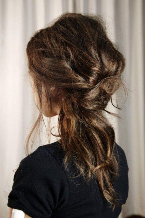 Voici notre sélection de coiffures vite faites et ultra féminines. Focus : Un méli-mélo de cheveux style désordre organisé.