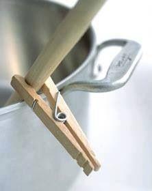 Astuce cuisine ! Garder une cuillère hors de la casserole sans qu'elle n'y tombe, pas bête !