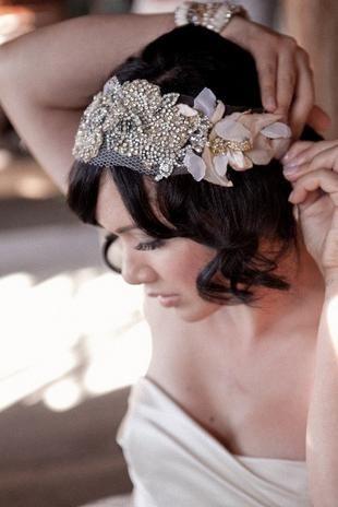 El pelo corto no es impedimento para que una novia esté perfecta el día de su boda. Una melena corta, unas ondas marcadas y un tocado años 20 en tul con flores y pedrerías. Foto: Etsy