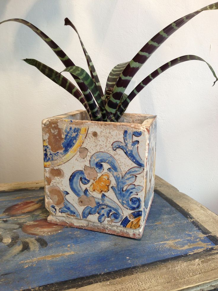 Vase made by Bottega del SI with antique sicilian majolica tiles. Dim. 20 X 20 X 20 Cm.