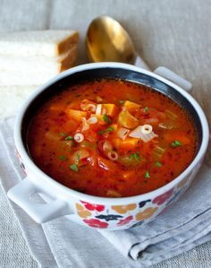 Томатный овощной суп  Ингредиенты на 8 порций:  1 крупная луковица 2 крупных стебля сельдерея 3 средних моркови 1 ч.л. сухого тимьяна соль и молотый черный перец по вкусу 800 г томатов в собственном соку 1 литр воды или овощного бульона 150 г сухих макарон (у меня суповые колечки, можно брать и более крупные)