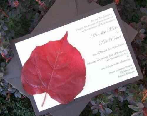 carte invitation mariage avec feuille d'arbre rouge