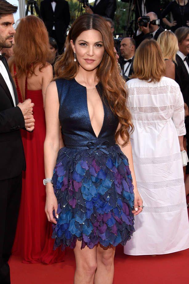 Gli abiti più brutti di Cannes 2015 | Negin Mirsalehi in abito corto con corpetto blu glitter scollato e gonna a balze colorate | FOTO